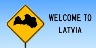 De kaart van Letland op verkeersteken Royalty-vrije Stock Foto's