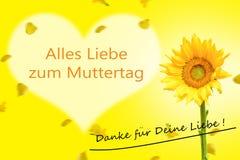 De Kaart van de moeder` s Dag in Duitse Zonnebloem op gele beackground Royalty-vrije Stock Foto