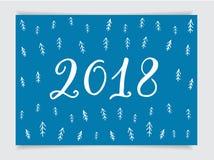 2018 de kaart van de nieuwjaargroet, het van letters voorzien en hand-drawn patroon met Kerstmisboom in Skandinavische ontwerpsti Stock Afbeeldingen