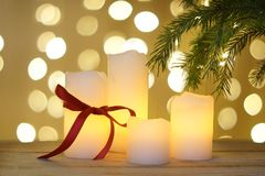 De kaart van de nieuwjaargroet met witte kaarsen onder Kerstmisboom Royalty-vrije Stock Fotografie