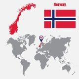 De kaart van Noorwegen op een wereldkaart met vlag en kaartwijzer Vector illustratie stock illustratie