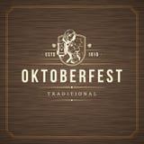 De kaart van de Oktoberfestgroet of Vlieger op geweven achtergrond De viering van het bierfestival Royalty-vrije Stock Foto's