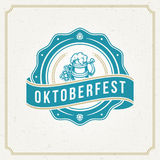 De kaart van de Oktoberfestgroet of Vlieger op geweven achtergrond De viering van het bierfestival Stock Foto's