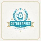 De kaart van de Oktoberfestgroet of Vlieger op geweven achtergrond De viering van het bierfestival Royalty-vrije Stock Foto