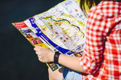 De kaart van Riga van de meisjesholding in handen Royalty-vrije Stock Foto's