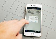 De kaart van de Teslacompressor op iPhone 7 plus de toepassingssoftware Stock Afbeelding