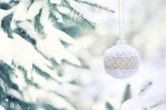 De kaart van de de vakantiegroet van de Kerstmiswinter De witte rustieke bal van het Kerstmisornament met jute op groene Kerstmis royalty-vrije stock fotografie
