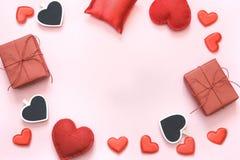 De kaart van de valentijnskaart `s Rood hartendecor met ruimte voor uw tekst op roze achtergrond De ruimte van het exemplaar Hoog Royalty-vrije Stock Foto