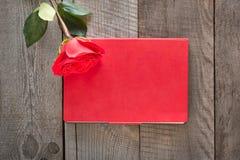 De kaart van de valentijnskaart `s Rood nam, hart en rood notitieboekje op houten boa toe Royalty-vrije Stock Afbeeldingen