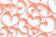 De kaart van de valentijnskaartendag, hart van lint op witte achtergrond wordt gemaakt die Royalty-vrije Stock Afbeelding