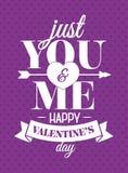 De kaart van de valentijnskaartendag met teken enkel u en me op harten purpere kleur als achtergrond voor affiche Royalty-vrije Stock Afbeelding
