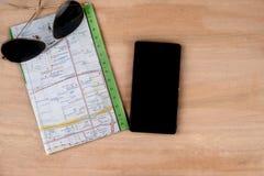 de kaart van zonglazen en mobiel op houten lijstachtergrond Stock Fotografie
