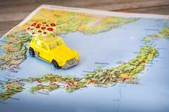 De kaartdocument van Japan gele keverstuk speelgoed autoachtergrond Royalty-vrije Stock Afbeelding