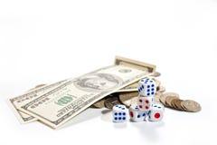 De kaarten, dobbelen, domino's en geld op een witte achtergrond Stock Afbeeldingen