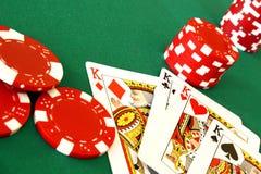 De kaarten en de spaanders van het casino Stock Fotografie