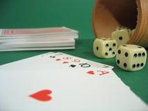De kaarten en dobbelen royalty-vrije stock afbeeldingen