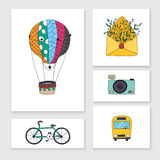 De kaarten met reishand trekken voorwerpen: ballon, fiets, bus, camera Royalty-vrije Stock Afbeeldingen