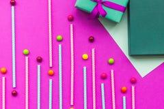 De kaarten van de verjaardagsgroet en verpakte giften op fuchsiakleurig hoogste mening als achtergrond Stock Fotografie