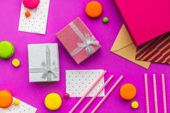 De kaarten van de verjaardagsgroet en verpakte giften op fuchsiakleurig hoogste mening als achtergrond Royalty-vrije Stock Fotografie