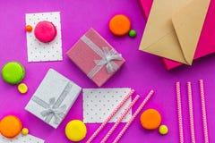 De kaarten van de verjaardagsgroet en verpakte giften op fuchsiakleurig hoogste mening als achtergrond Royalty-vrije Stock Foto