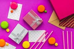 De kaarten van de verjaardagsgroet en verpakte giften op fuchsiakleurig hoogste mening als achtergrond Royalty-vrije Stock Afbeeldingen