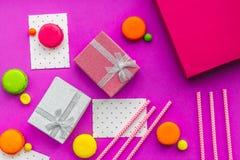 De kaarten van de verjaardagsgroet en verpakte giften op fuchsiakleurig hoogste mening als achtergrond Stock Afbeeldingen
