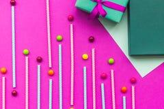 De kaarten van de verjaardagsgroet en verpakte giften op fuchsiakleurig hoogste mening als achtergrond Stock Foto's