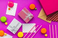 De kaarten van de verjaardagsgroet en verpakte giften op fuchsiakleurig hoogste mening als achtergrond Stock Foto