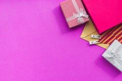 De kaarten van de verjaardagsgroet en verpakte giften op fuchsiakleurig hoogste mening als achtergrond copyspace Royalty-vrije Stock Afbeelding