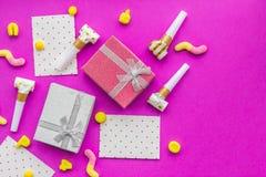 De kaarten van de verjaardagsgroet en verpakte giften op fuchsiakleurig hoogste mening als achtergrond copyspace Stock Afbeelding