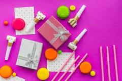 De kaarten van de verjaardagsgroet en verpakte giften op fuchsiakleurig hoogste mening als achtergrond copyspace Royalty-vrije Stock Fotografie