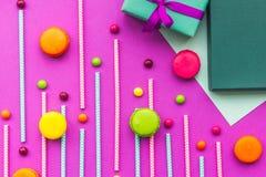 De kaarten van de verjaardagsgroet, verpakte giften en snoepjes op fuchsiakleurig hoogste mening als achtergrond Royalty-vrije Stock Fotografie