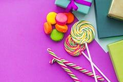 De kaarten van de verjaardagsgroet, verpakte giften en snoepjes op fuchsiakleurig hoogste mening als achtergrond copyspace Stock Afbeeldingen