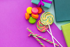 De kaarten van de verjaardagsgroet, verpakte giften en snoepjes op fuchsiakleurig hoogste mening als achtergrond copyspace Royalty-vrije Stock Foto's