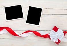 De kaarten van het fotokader en giftdoos met lint Stock Fotografie