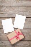 De kaarten van het fotokader en giftdoos met lint Stock Afbeelding