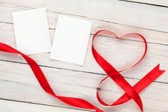 De kaarten van het fotokader met valentijnskaartenhart gevormd lint Stock Foto