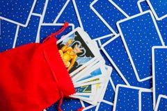 De kaarten van het tarot die op een blauwe kaart worden geplaatst. Royalty-vrije Stock Fotografie