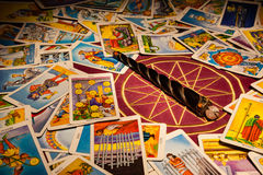 De kaarten van het tarot met een toverstokje. Stock Foto's