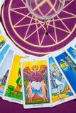 De kaarten van het tarot op een magische pentagram. Royalty-vrije Stock Fotografie