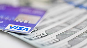 De Kaarten van het visumdebet over Dollarrekeningen Royalty-vrije Stock Afbeelding
