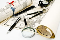 De Kaarten van Olda met kompas en meer magnifier Stock Foto's