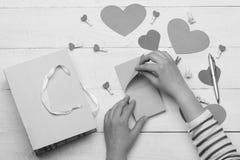 De kaarten van de valentijnskaartendag en decoratie, hoogste mening royalty-vrije stock afbeelding
