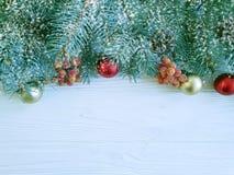 De kaartgrens van de kerstboomtak op houten achtergrond, sneeuw royalty-vrije stock afbeeldingen