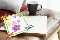 De kaarthand van de liefdepapa - van mooie dochter wordt gemaakt die stock fotografie