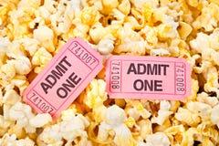 De kaartjes en de popcorn van de film Stock Afbeeldingen