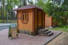De kaartjescabine van hout in Belovezhskaya Pushcha wordt gemaakt die Stock Foto's