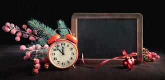 De kaartontwerp van de nieuwjaargroet met verfraaid bord en cloc Royalty-vrije Stock Afbeelding