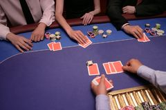 De kaartspeler controleert hand Stock Foto's