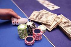 De kaartspeler controleert hand Stock Fotografie